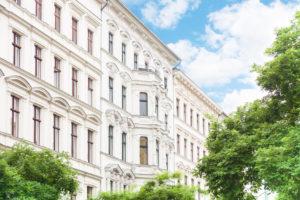 Eine Beleihung der Lebensversicherung kann vor großen Investitionen - wie einem Immobilienkauf - sinnvoll sein.