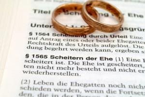 Eine Kündigung von Lebensversicherungen ist zum Beispiel bei ungeplantem finanziellen Engpass aufgrund einer Scheidung nötig.